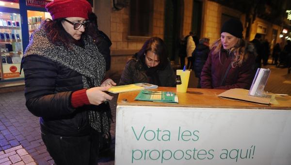 Dona dipositant el seu vot en el procés de pressupostos participatius