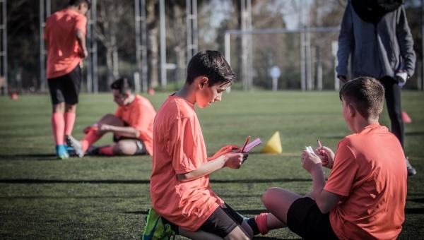 Joves jugadors de futbol, participants en la primera edició del programa 'Valors i esport' (1)