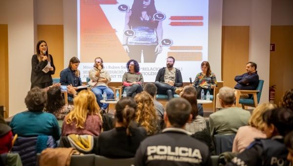 """Taula rodona """"Joves, relacions afectives i violències"""" al Centre Cívic Palmira Domènech"""