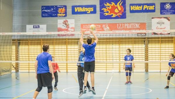 Entrenament de Vòlei en el marc del programa municipal Caràcter Esportiu al CEM Julio Méndez del Prat, març 2019