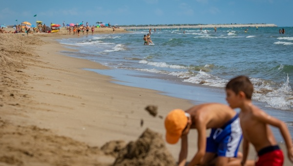 Nens jugant a la platja del Prat de Llobregat (2018)