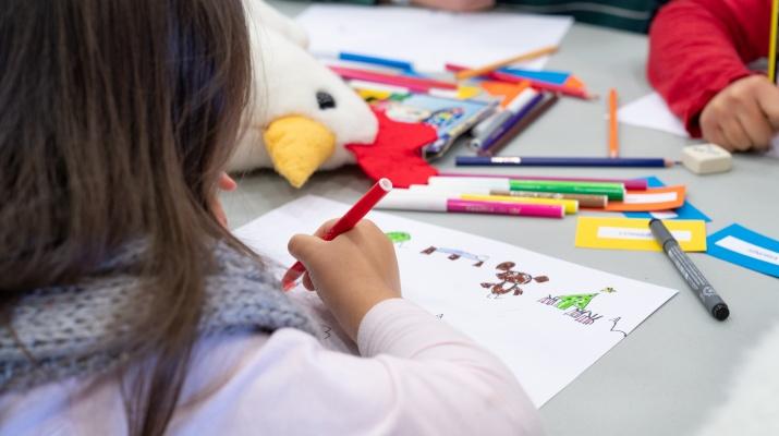 Imatge infant dibuixant
