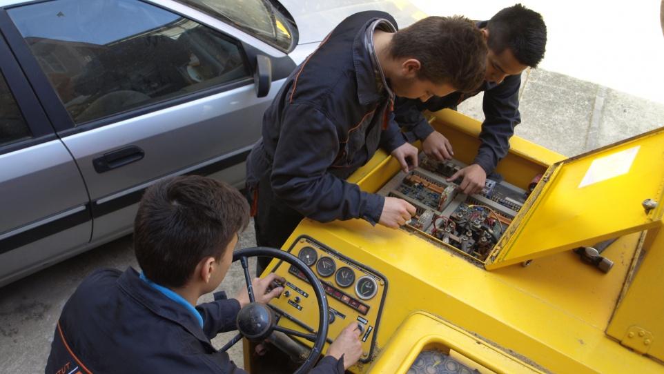 Fotografia d'alumnat en un curs de formació professional d'electromecànica