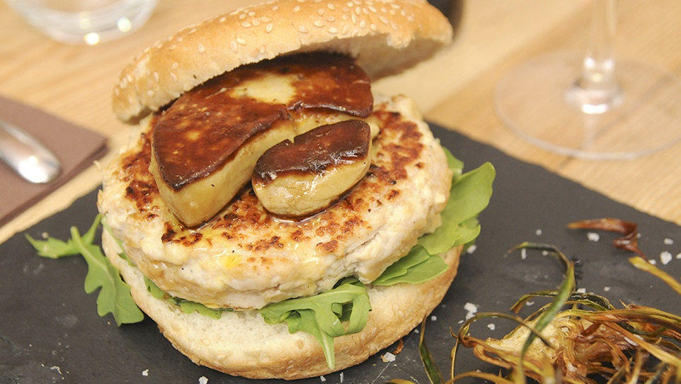 Hamburguesa pota blava amb escalopa de foie i rúcula acompanyada de chips de carxofa
