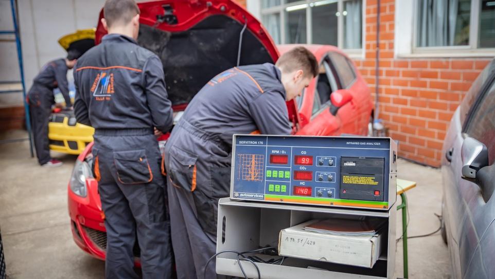 Fotografia d'alumnat en un curs de formació professional d'electromecànica de vehicles automòbils