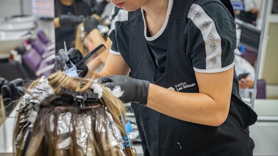 Fotografia d'alumnat en un curs de formació professional d'estètica i perruqueria