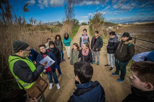 Alumnes escoltant les explicacions d'un tècnic del Consorci dels Espais Naturals.