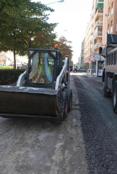 Treballs d'asfaltatge en un carrer del Prat.