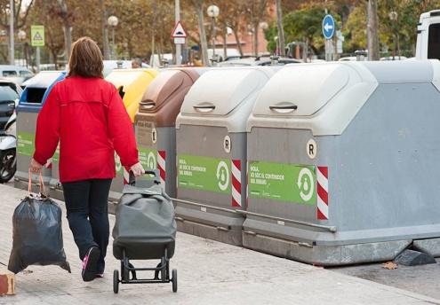 Contenidors de reciclatge en un carrer del Prat.