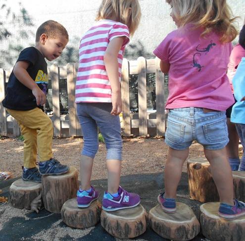 Infants al pati d'una escola bressol del Prat.