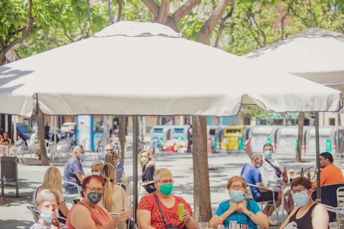 Dones assegudes en una terrassa de la Zonilla