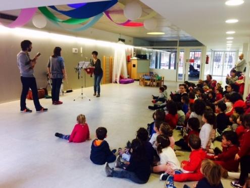 Una de les sessions de música en una escola bressol municipal.