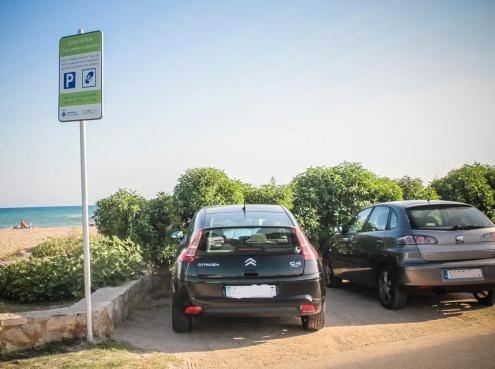 Zona verda d'aparcament a la platja del Prat.