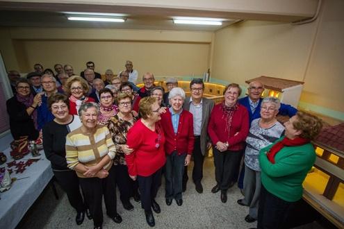 Gent gran que elabora el pessebre de la pl. de la Vila