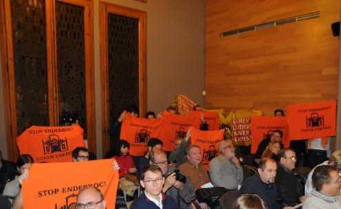 Protestes Salvem l'Artesà al Ple municipal.