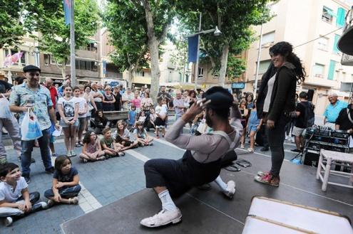 Una de les actuacions durant la Shopping Night, a la plaça de la Vila.