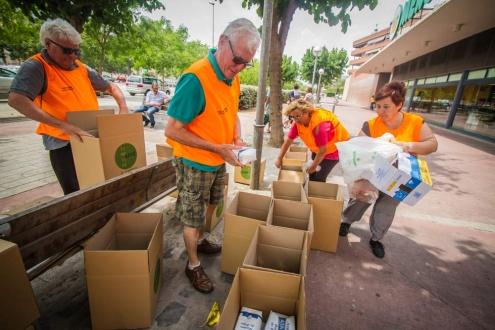 Persones voluntàries en una recollida d'aliments al Prat.