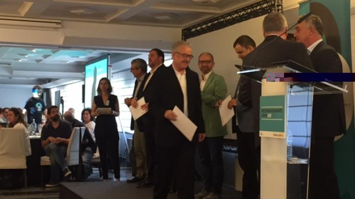 Antoni Pedrero, president del consell rector de la COV, en el  moment de recollir el premi.