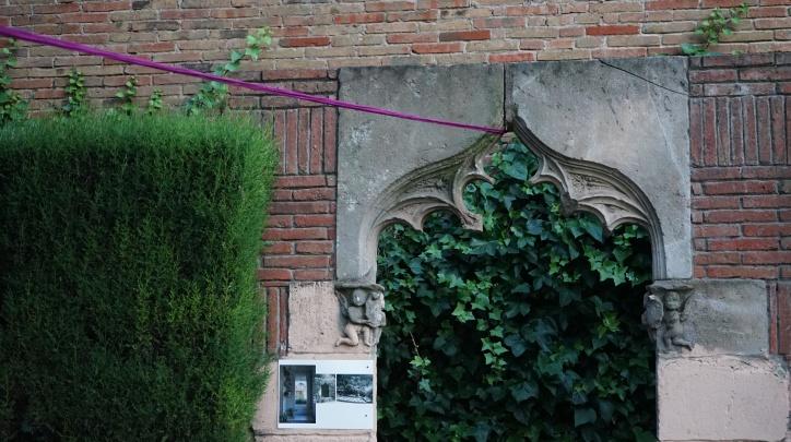 Jardins de Torre Muntadas amb intervencions de Glòria Tormo i Biel Llinàs-Ada Fuentes. Fotografia d'Ada Fuentes.