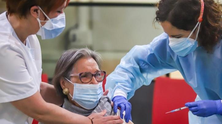 Elena Ruiz Nebot, de 88 anys, rep la vacuna contra la covid, a la residència municipal de gent gran Penedès, on viu.