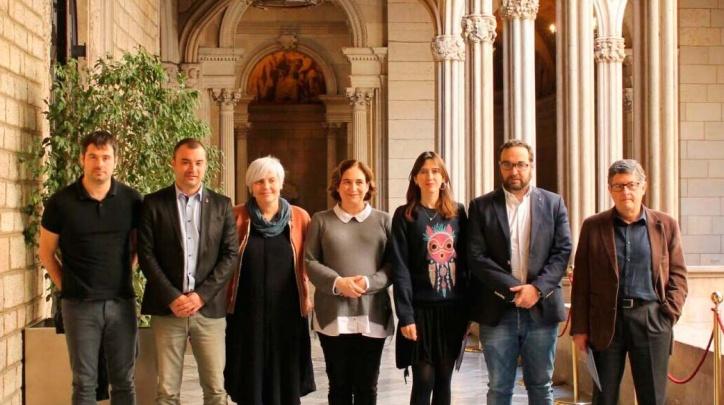 Alcaldes i alcaldesses que han presentat l'Associació, entre els quals l'alcalde del Prat, Lluís Tejedor (dreta).
