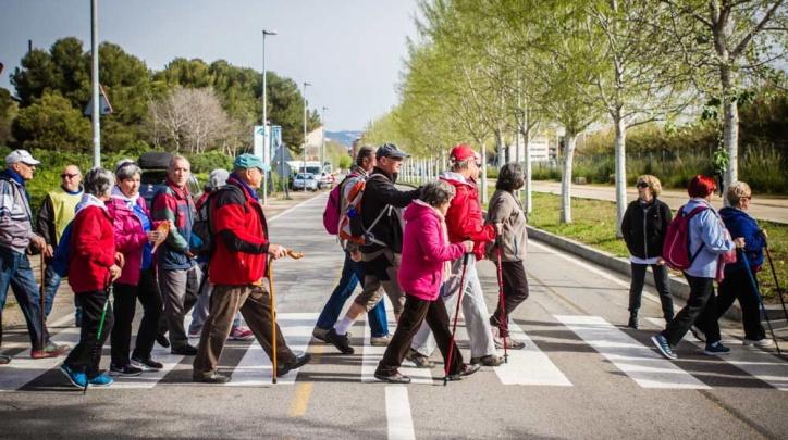 Gent gran fent una caminada.