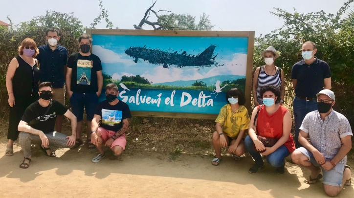 Fotografia de grup dels i les artistes que han participat en l'acció, amb l'alcalde Lluís Mijoler i altres regidores i regidors, davant d'un dels deu plafons.