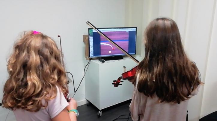 joc tecnologic amb alumnes de violí