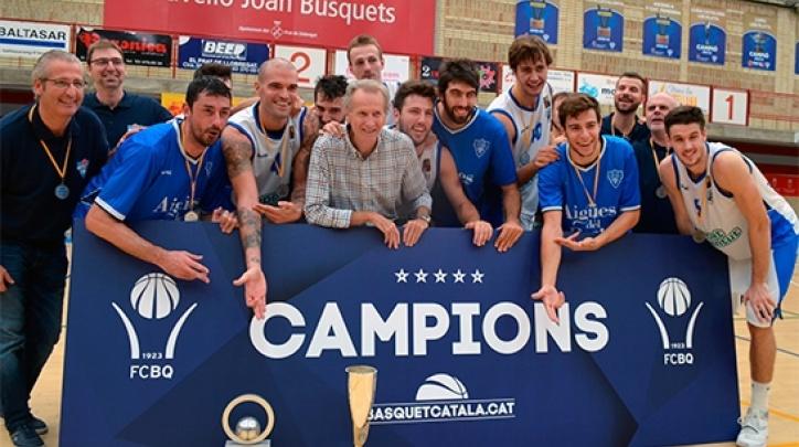 Els campions celebrant el triomf. FOTO: CB Prat