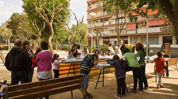 Una activitat veïnal als jardins de Joan Salvat Papasseit.