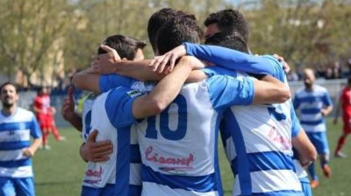 Els jugadors de l'AE Prat celebrant un gol. (FOTO: AE Prat)