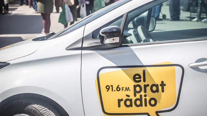 En primer terme, la nova unitat mòbil d'El Prat Ràdio, un vehicle 100 % elèctric i sense emissions contaminants.