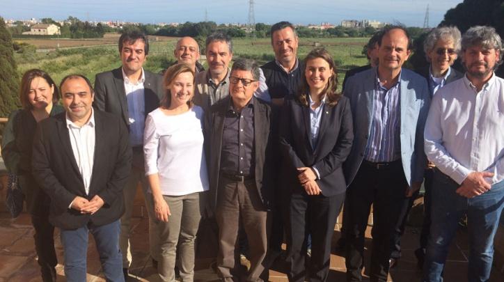 La consellera Serret, a l'esquerra de l'alcalde del Prat, Lluís Tejedor, durant la visita al Parc Agrari.