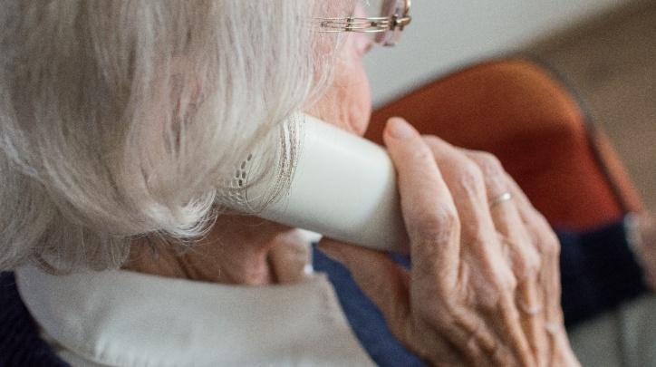 Imatge d'arxiu dona parlant per telèfon