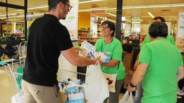 Recollida d'aliments per al Punt Solidari.