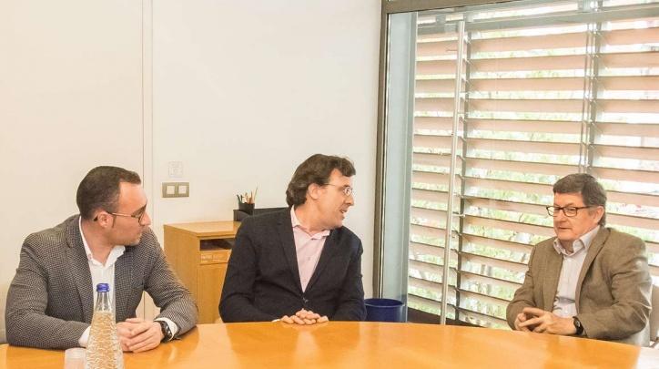 Reunió per a la signatura del conveni. D'esquerra a dreta: Juan Pedro Pérez, tinent d'alcalde d'Esports; Xavier Torres, president de la Federació; i Lluís Tejedor, alcalde del Prat.