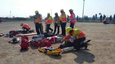 Simulacre d'emergència d'accident aeri a la platja del Prat.