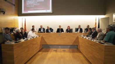 Representants municipals i d'agents socials i econòmics, en l'acte de signatura del Pacte local per a l'ocupació i l'activitat econòmica del Prat 2018-2026 al Saló de Plens