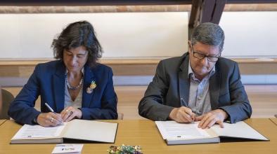 L'alcalde del Prat i la directora general d'Igualtat de la Generalitat signen l'acord perquè el municipi entri a la xarxa SAI per defensar els drets de les persones LGTBI