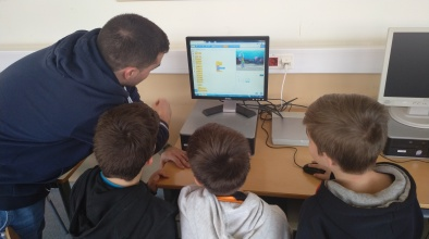 Un grup de 4t de l'Escola Bernat Metge rep la visita d'alumnes de l'Institut Baldiri Guilera que els ajuden a elaborar un videojoc de sostenibilitat (curs 2018-2019)