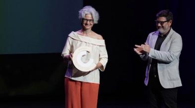 La filòloga Maria Bohigas, rebent el Premi Nacional de Cultura de la mà de l'alcalde del Prat, Lluís Mijoler