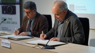 Signatura del conveni del programa IntersECCions per Lluís Tejedor, alcalde del Prat, i Josep Bargalló, conseller d'Ensenyament