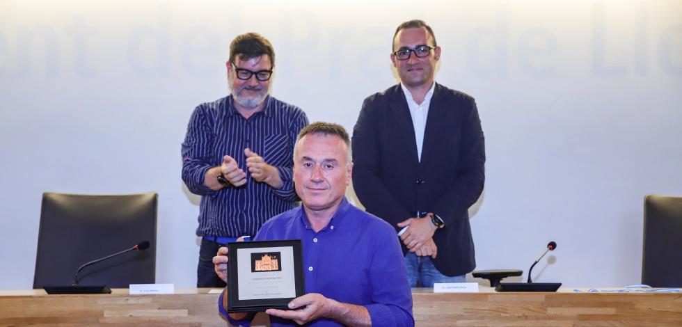 El president de l'AE Prat, Lluís Quiñonero, rep una placa commemorativa de la mà de l'alcalde Lluís Mijoler