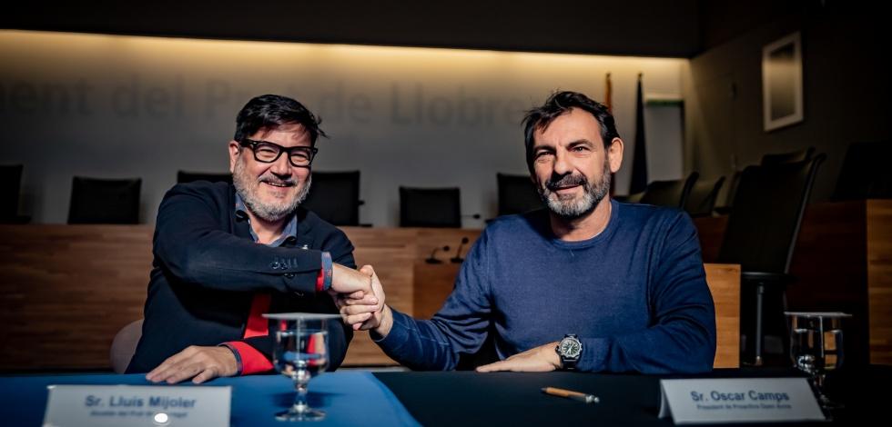 Lluís Mijoler, alcalde del Prat, i Òscar Camps, president de Proactiva Open Arms, signen el conveni de col·laboració