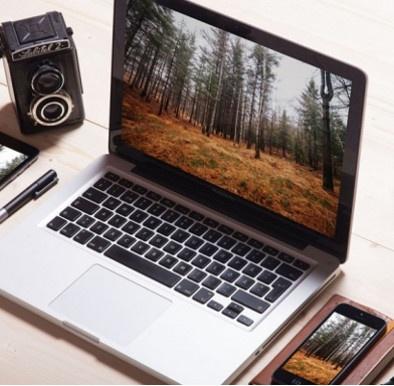 """Imatge d'un ordinador, un mòbil i una càmera, que representen l'exposició """"Alteracions 2.0""""."""
